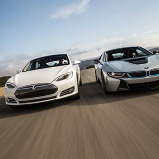 2014-bmw-i8-tesla-model-s-front-end-in-motion-750x500.jpg